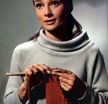 Audrey Hepburn haciendo ganchillo