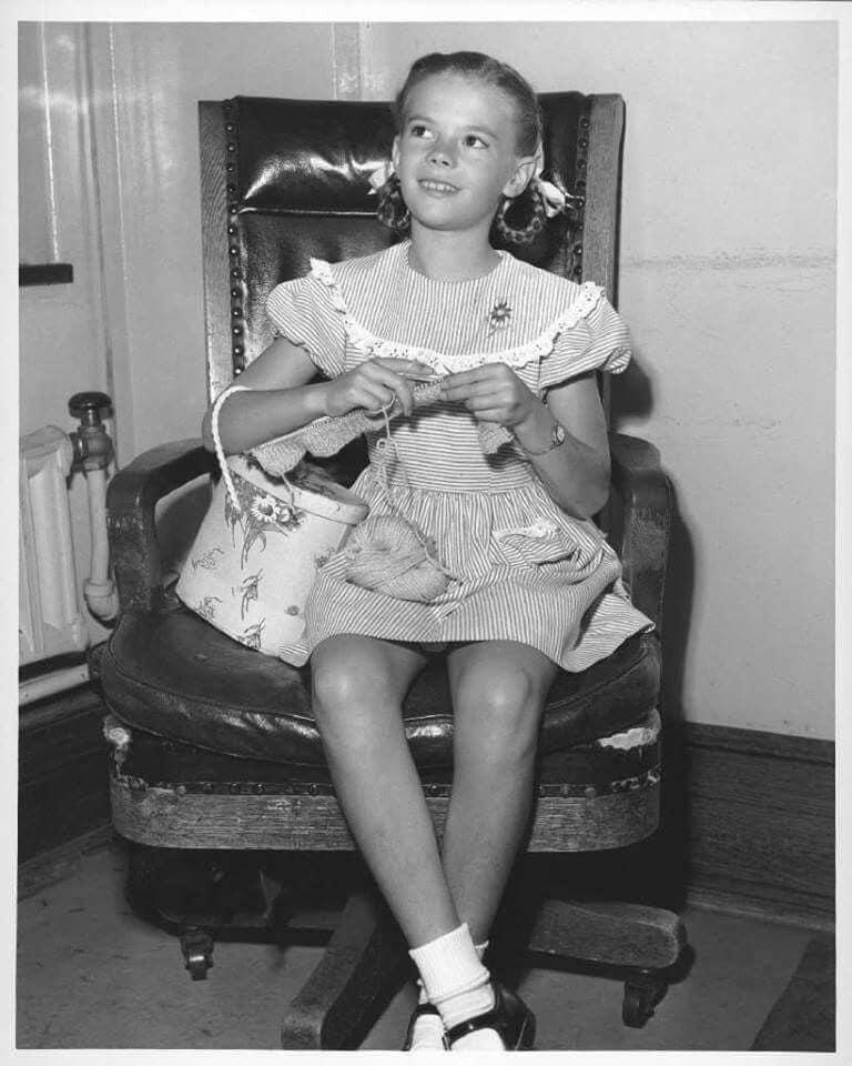 Natalie Wood de jovencita tejiendo