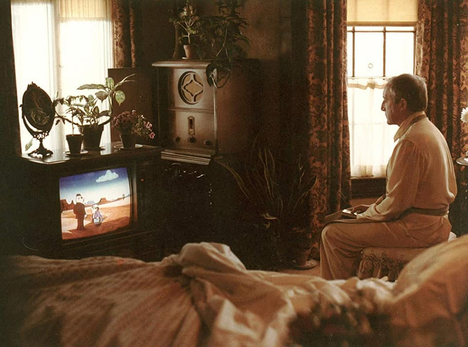 Chance (Peter Sellers) ante su pasatiempo favorito , ver la tele